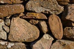 石块墙的细节在Lindisfarne海岛上的  免版税库存照片