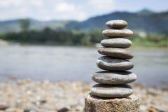 石堆自然bNatural背景在被弄脏的河背景的 免版税库存照片