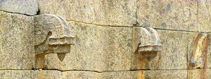 石墙一个老堡垒的水出口 免版税库存图片