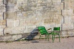 石墙和两把绿色椅子在Tuileries从事园艺(水平) 免版税图库摄影