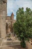 石墙和人们在Gravensteen里面在跟特防御 免版税库存照片