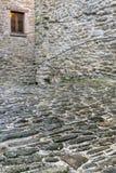 石墙和大卵石街道 图库摄影