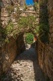 石墙和曲拱看法在一个胡同在蓝天下在列斯弧苏尔Argens 免版税库存照片