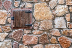 石墙和窗口 免版税库存图片