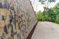石墙和路 免版税库存图片