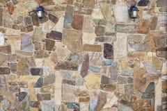 石墙在有灯的庭院里在墙壁 一块自然石头 免版税图库摄影