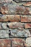 石墙宏观特写镜头,阻碍样式背景、垂直,老年迈的被风化的红色和灰色难看的东西石灰石白云岩 免版税库存照片