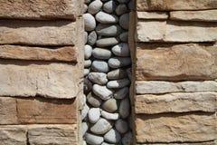 石墙用鹅卵石装饰 库存图片