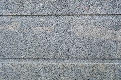 石墙的纹理是坚实的使光滑两色黑色和n水平的条纹,线花岗岩面包屑  抽象背景异教徒青绿 免版税库存照片