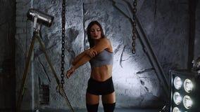 石墙背景的苗条膨胀的美丽的女子运动员在训练前举办准备您的脖子 影视素材