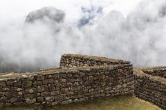 石墙马丘比丘有云彩的秘鲁南美洲 免版税库存图片