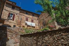 石墙,与开花植物的老大厦看法Colle di Val d `的埃尔莎 库存照片