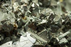 石墨与不规则的混乱纹理的锌矿石的特写镜头宏观图象 库存照片