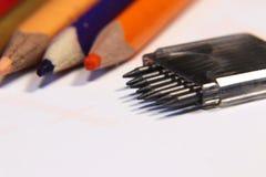 石墨到指南针里 在白色背景的五颜六色的蜡笔 对学校的必要的辅助部件 库存图片