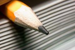 石墨铅笔使用作为书签在书宏指令,教育的概念 库存照片