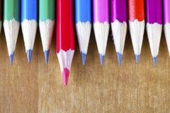 石墨铅笔连续说谎,提出一支的铅笔有一个红色核心和 库存图片