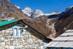 石大厦在尼泊尔喜马拉雅山的山村 免版税库存图片