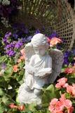 石天使玩偶在庭院里 库存图片