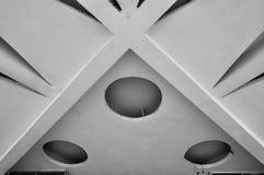 石天花板的建筑学元素特写镜头  建筑学都市最低纲领派背景 黑白处理 免版税图库摄影