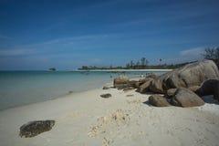 石头、白色沙子和吹的风在Trikora, Bintan海岛印度尼西亚 免版税库存图片