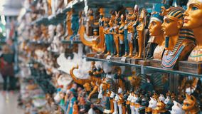 石头和其他产品埃及猫小雕象在货架在埃及 股票录像