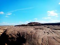 石头和天空蔚蓝 库存图片