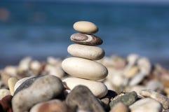 石头和小卵石堆、和谐和平衡,在海岸的一个石石标 库存图片