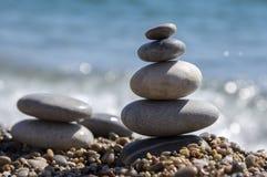 石头和小卵石堆、和谐和平衡,在海岸的两个石石标 免版税图库摄影