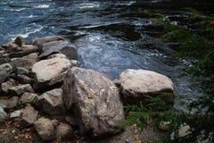 石头和河 库存照片