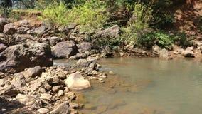 石头和流动的水 库存照片