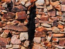 石头和裂缝背景  免版税库存图片