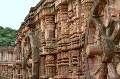 石头在古老konark太阳寺庙的被雕刻的运输车轮子 免版税库存照片