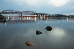 石头在河在黎明 免版税库存图片