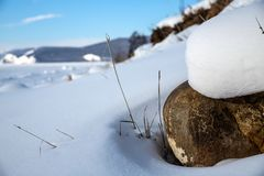 石头在阳光下在贝加尔湖岸  库存图片