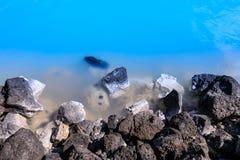 石头在雷克雅未克附近的著名蓝色盐水湖 库存照片