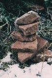 石头安置了一在另一冻顶部由寒冷 库存图片