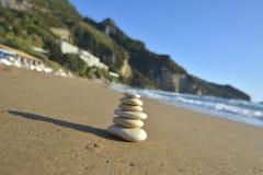 石头平衡和健康减速火箭的温泉概念,启发,象禅宗和福利平静的构成 免版税库存图片