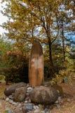 石头庭院从炸药的在湖的岸 免版税库存图片