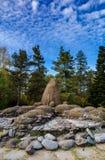 石头庭院从炸药的在湖的岸 免版税库存照片