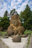 石头庭院从炸药的在湖的岸 库存照片