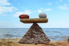 石头相称平衡  免版税库存照片