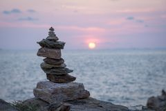 石头耸立与海 库存照片