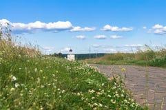 石头被铺的足迹通过往圣洁的贞女的调解的教会的Bogolubovo草甸Nerl河的 库存图片
