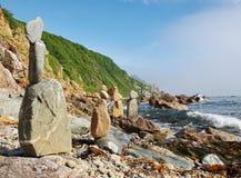 石头金字塔在岩石海岸的。 免版税库存照片
