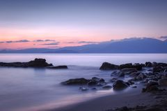 石头长的被暴露的照片在地中海中a水  免版税库存照片