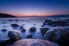 石头长的被暴露的照片在地中海中a水  库存图片