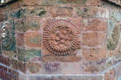 石头雕刻做瓦片适合寺庙的墙壁 免版税库存图片