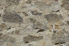石头黑背景的老石墙不同的类型和大小 库存图片