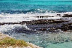 石头,海泡沫 浪花 巴巴多斯鲨鱼峡谷 图库摄影