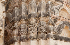 石安心在12世纪寺庙墙壁上手工造在Sukhothai历史公园里面的 免版税库存图片